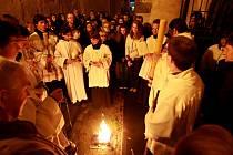 K večerní Velikonoční vigilii se o Bílé sobotě sešli věřící u gotického chrámu sv. Jakuba v Prachaticích s vikářem Josefem Sláčíkem.  Vigilie, což znamená bdění, začíná dle zvyku po západu slunce mimo kostel svěcením velikonočního ohně.