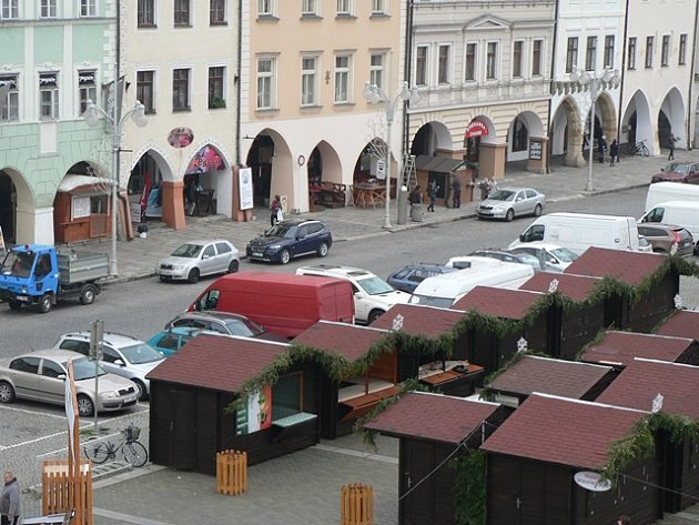Jeden měsíc budou na náměstí Přemysla Otakara II. parkovat auta šikmo u obrubníků. Systém na fotografii nebude dočasně platit.