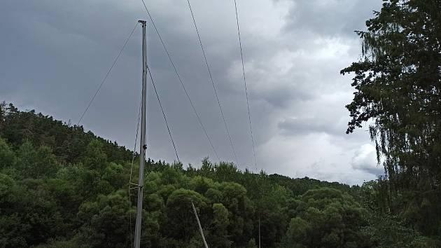 Plachetnice se u osady Permoník na Lužnici nevešla pod dráty vysokého napětí.
