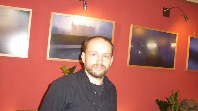 Fotograf Milan Popieluch v kavárně kina Kotva.