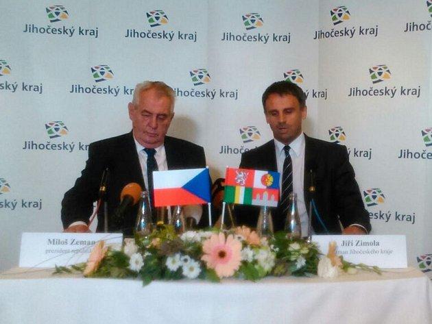 Prezident České republiky Miloš Zeman s jihočeským hejtmanem Jiřím Zimolou při návštěvě Jihočeského kraje na tiskové konferenci v Třeboni.