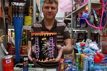 Pyrotechnické kompakty jsou při oslavách silvestra čím dál více oblíbené. Stačí u nich zapálit knot a rakety z nich létají samy.