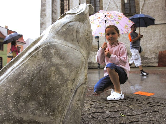 Dvě ze tří žab sochařky Světlany Jelenové odcizil kdosi z Piaristického náměstí.