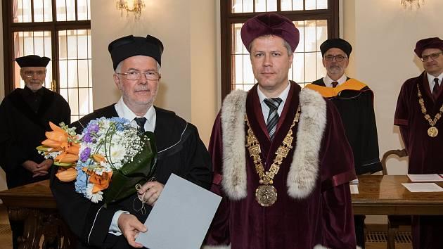 Významného rakouského vědce Norberta Müllera (vpředu vlevo) ocenila tento týden Jihočeská univerzita (JU). Rektor JU Tomáš Machula (vpravo) mu na slavnostním zasedání v obřadní síni českobudějovické radnice předal čestný doktorát.