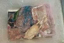 Ve dvou automobilech odhalili inspektoři Státní veterinární správy Jihočeského kraje na přes 400 kilogramů závadných potravin.