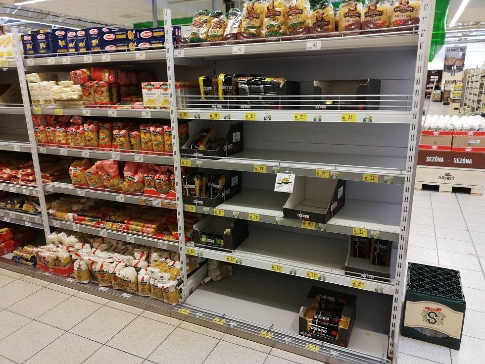 Prázdné regály v jindřichohradeckém supermarketu Albert.