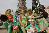 Rybníkáři u kašny na náměstí v Českých Budějovicích pozvali všechny příznivce zelených vodníků do Chlumu u Třeboně. Zde se až do pátečního večera mohou lidé se zelenými mužíčky potkat v kempech u rybníku Hejtman.