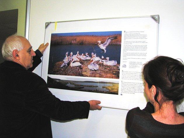 Fotografická výstava přiblíží v prostorách krajského úřadu krásy Bulharska. Na našem snímku z její včerejší přípravy jsme zastihli Asena Milčeva, kulturního referenta Bulharského kulturního institutu v Praze a novinářku Eugenii Iotovou.