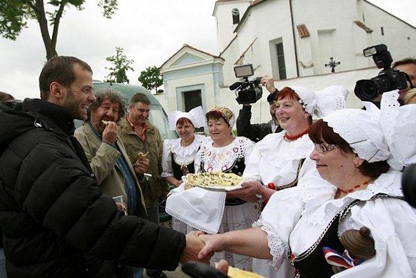 Pištínské ženy pohostily filmový štáb po staročesku, chlebem, solí a koláčem.