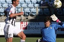 Fotbalisté Dynama rozstříleli Žižkov 4:0 (na snímku Richard Kalod před brankářem hostí Boháčem).