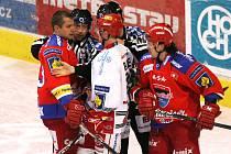 Petr Gřegořek (vlevo) si na ledě nenechá nic líbit. Vysvětlil to hodně zostra i třineckému Balejovi.