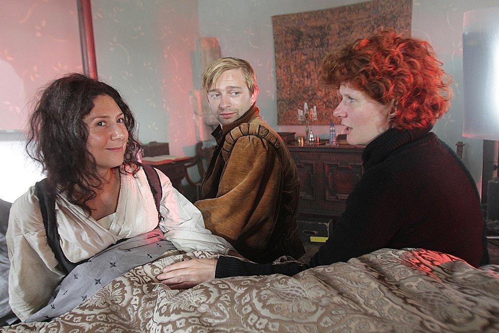 sedmero krkavců. Režisérka Alice Nellis zvolila pro svou pohádku hrad Zvíkov.