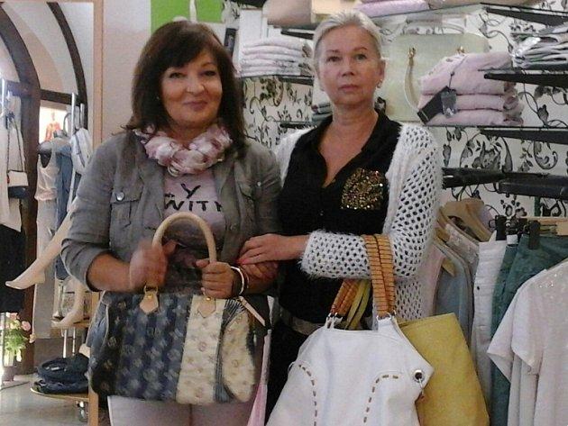 Do Kabelkového veletrhu Deníku přispěly také Libuška Bartošová (vlevo) a Alena Tomšíčková z obchodu Street One.