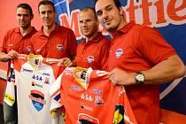 Lídři Mountfieldu (zleva) René Vydarený, Jiří Šimánek, František Ptáček a Aleš Kotalík představují nové dresy pro letošní sezonu.
