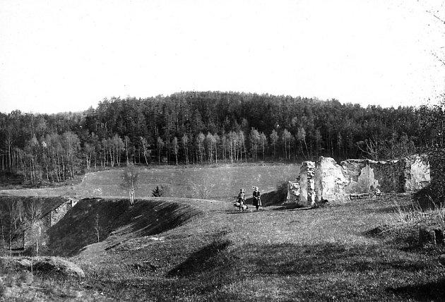 Jen sněžný pluh a dvě lopaty měl od železniční společnosti Mathias Lakinger, který pracoval ve strážním domku koněspřežky č.22ve Steindörflu. Snímek zroku 1925, kdy byl již domek opuštěný.