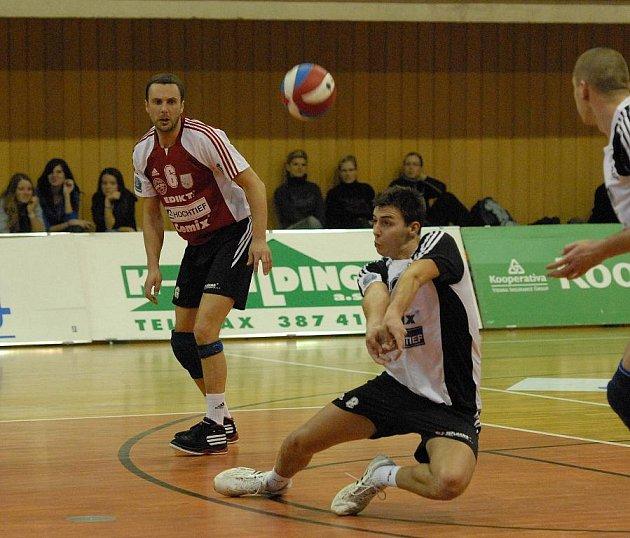 Volejbalisté českobudějovického Jihostroje porazili Benátky 3:0. Martin Procházka přihrává, přihlíží libero Petr Habada (zprava).