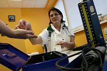 Od nového roku je každý pacient povinen platit za vyšetření u lékaře. První den, kdy zákon o poplatcích v praxi vešel v platnost byl, podle lékařky z českobudějovické Polikliniky Jih Medipont Ivy Fričové (na snímku), jako každý jiný.