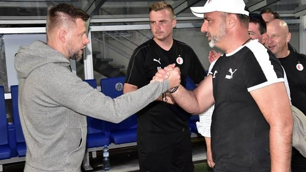 Trenér Dynama David Horejš po prohře se Slavií gratuluje svému kolegovi Jindřichu Trpišovskému.