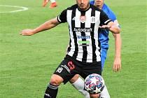 Lukáš Jánošík v zápase Dynama s Libercem si kryje míč před Janem Matouškem.