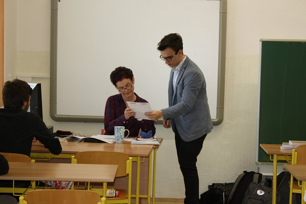 Studenti Gymnázia J.V. Jirsíka těsně před písemnou zkouškou z českého jazyka.