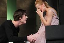 Režisér Martin Glaser se rozhodl do role Alcesta obsadit mladičkého Jana Huška (vedle něho na snímku Teresa Branna), což mnohé překvapilo. Byla to ale dobrá volba.