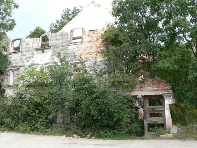 CIHLY DOPADLY MIMO PARKOVIŠTĚ. Kolínů mlýn v Trhových Svinech se nachází v těsné blízkosti parkoviště, které nebývá o víkendu tolik využívané. Zeď se zbortila dovnitř nemovitosti.