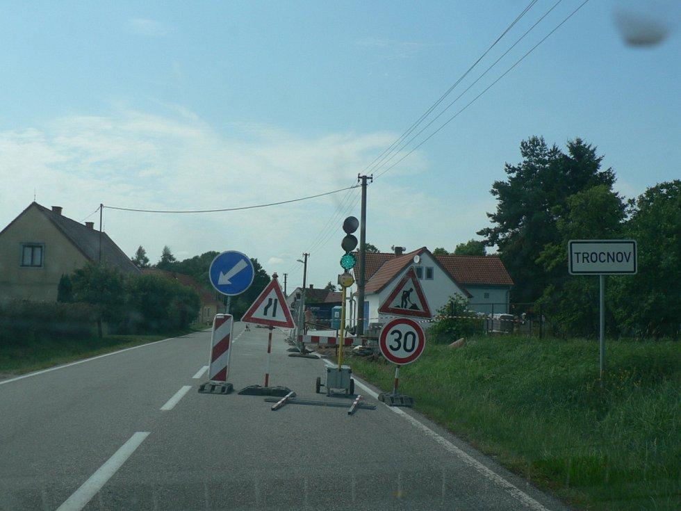 Obchvat u Strážkovic a most u Trocnova už se zřetelně rýsují. Obě investice vznikají v režii Jihočeského kraje. Trocnov dostává i nový chodník v režii města Borovany (na snímku).