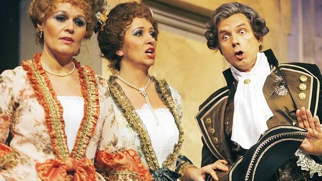 Na snímku žádá Don Alfonso (Peter Poldauf) Fiordiligiu ( Kateřina Hájovská ) a Dorabellu (Miroslava Veselá) , aby  orientální cizince od sebe neodháněly, ale zachovaly jim  svou přízeň.