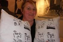 Dominika Paštéková se svými polštáři.