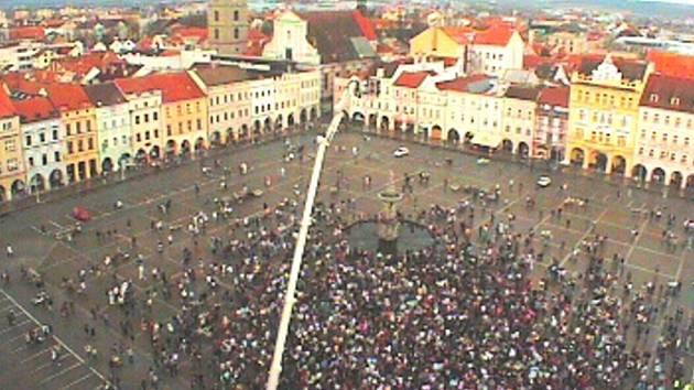 Akce rádia Kiss v úterý zaplnila českobudějovické náměstí.