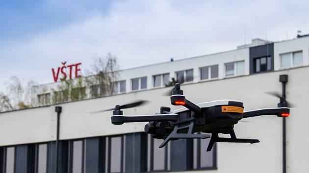 Tréninková pilotáž dronů v areálu VŠTE.