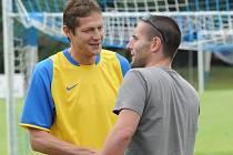 Stanislav Rožboud (vpravo) se tklivě loučí se svým trenérem v FK Táborsko Lubošem Zákostelským.