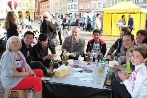 Společně. U jednoho stolu se vloni na prvním festivalu sešli Češi a Vietnamci, aby si popovídali, něco zahráli nebo pojedli vietnamská jídla.