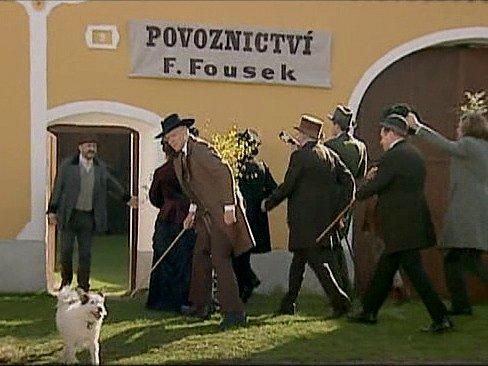 Záběr ze seriálu Stříbrná paruka. Statek číslo 9 v Holašovicích.