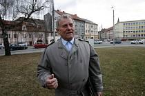 Vladimír Vopalecký, hlavní iniciátor pomníku letcům v Českých Budějovicích, stojí na Senovážném náměstí v místech, kde má vyrůst pomník.