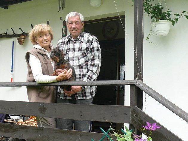 Hokejový gólman Jan Vodička, na snímku s manželkou na chatě