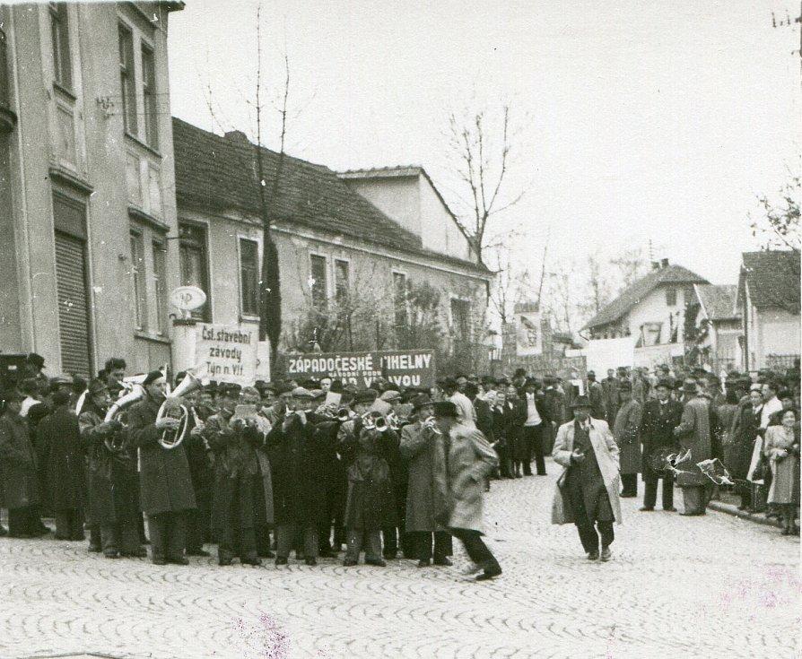 1. máj 1949, řazení průvodu na křižovatce nynějších ulic Budějovická, Nádražní a Žižkova na Malé Straně nedaleko železného mostu.
