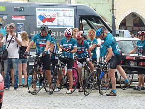 V pondělí odpoledne vyrazil cyklistický peloton na další část své trasy. Denně ujedou 120 kilometrů. Cílem je upozornit na drogovou závislost dětí.