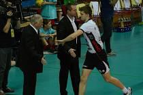 Střídajícímu Sobotkovi děkují Zdeněk Scheichel (vlevo) a trenér Jan Svoboda