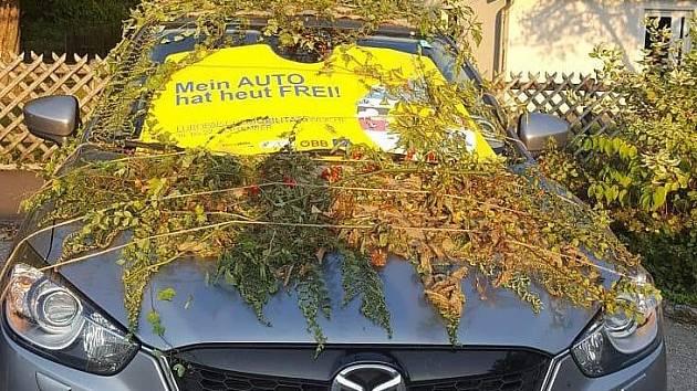 Školáci zabalili starostovi auto.