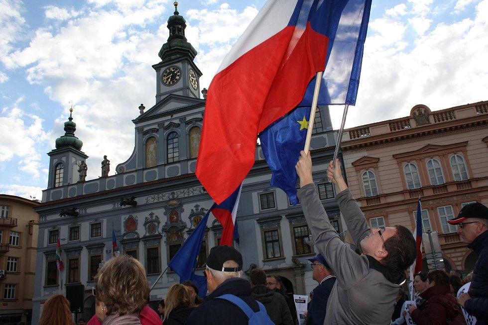 Několik set lidí na českobudějovickém náměstí Přemysla Otakara II. demonstrovalo v pondělí za nezávislost justice.