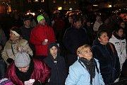 Na náměstí Svornosti zpívaly koledy stovky lidí.