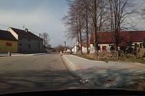 V Křenovicích vzniká chodník podél hlavní silnice, většinou úplně nový.