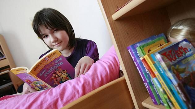Dvanáctiletá Kristýna Trampotová z Týna nad Vltavou se stala Jihočeskou čtenářkou roku - loni zvládla 411 knih. Nejraději čte vleže.