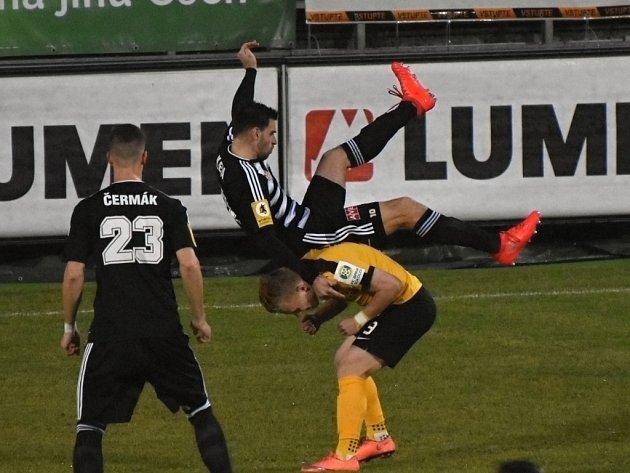 Michal Klesa v zápase Dynama se Sokolovem (1:1) padá přes hostujícího Filipa Zorvana.
