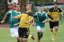 Dobrovodský ostrostřelec Michal Granov krotí míč při derby ve Čtyřech Dvorech.