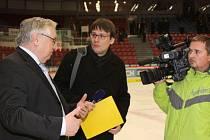 Karel Pražák (vlevo) byl duší nedávného mezinárodního Memoriálu Míry Dvořáka hokejových žáků.