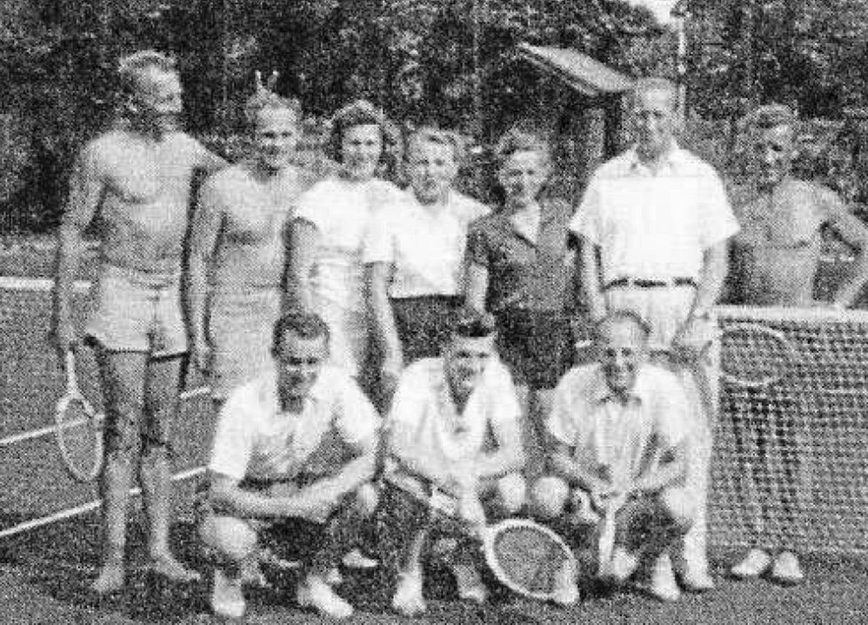 Nová éra. Začátky tenisu na nových kurtech vzniklých v Podskalí.