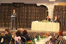 Přes čtyři stovky lékařů hostí Český Krumlov na třídenním onkologickém kongresu, který pořádá českobudějovická nemocnice. Specialisté tam mají zázemí v hotelu Růže a v zámecké jízdárně, kde jsou zachyceni při pátečním programu.