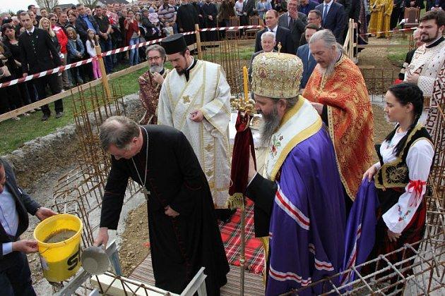 Biskupové kladou základní kámen.